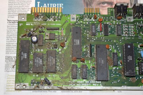 Commodore 64 motherboard rusty and dusty 4