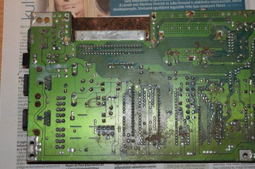 Commodore 64 motherboard rusty and dusty 6